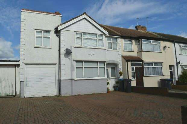 3 Bedrooms End Of Terrace House for sale in Bridge Road, Chessington