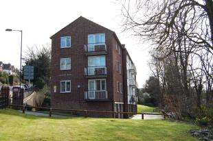 2 Bedrooms Flat for sale in Godstone Mount, Downs Court Road, Purley, Surrey