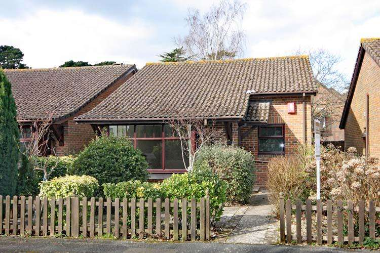 2 Bedrooms Detached Bungalow for sale in Woodley Gardens, Lymington SO41