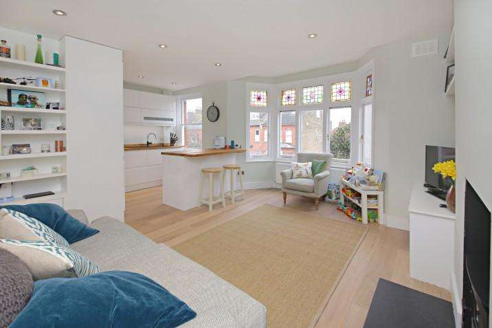 2 Bedrooms Duplex Flat for sale in Savernake Road, NW3