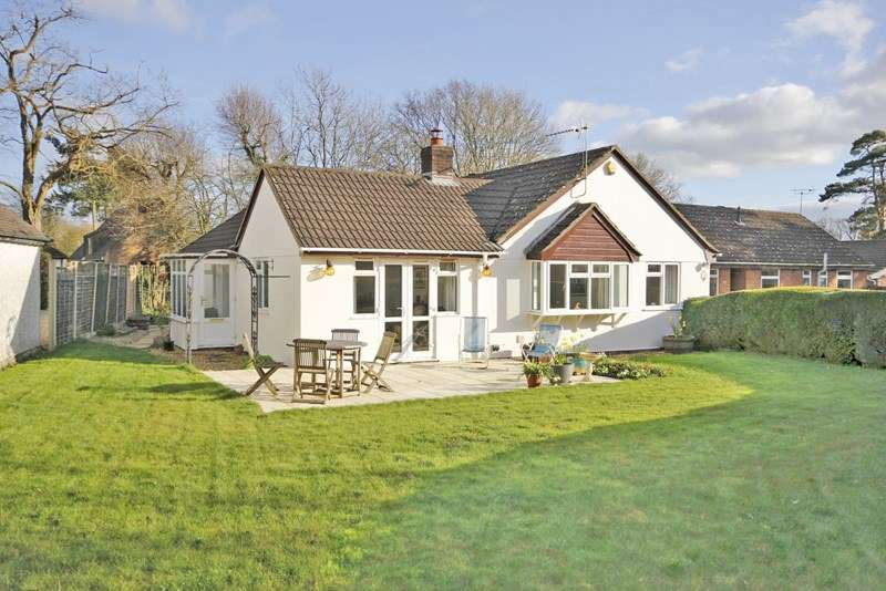4 Bedrooms Detached Bungalow for sale in Merryfield Close, Christchurch