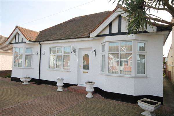 3 Bedrooms Bungalow for sale in Madeira Road, Holland on Sea