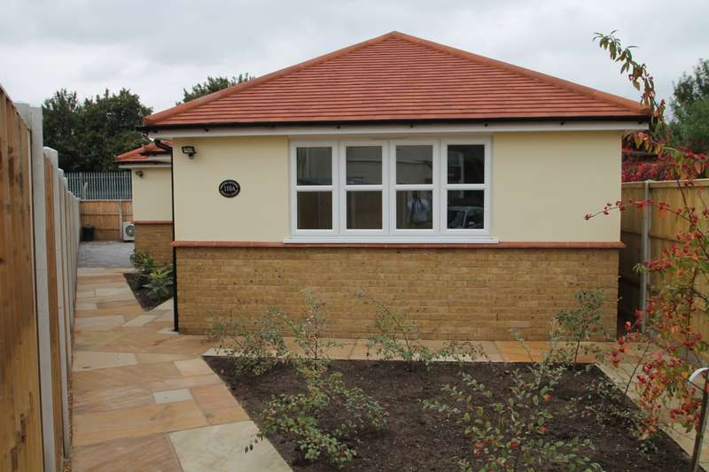 2 Bedrooms Detached Bungalow for sale in Hanover Avenue, Feltham, TW13