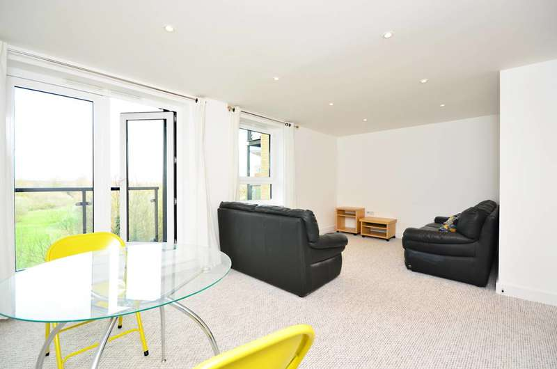 2 Bedrooms Flat for sale in Regents Court, Victoria Way, Woking, GU21