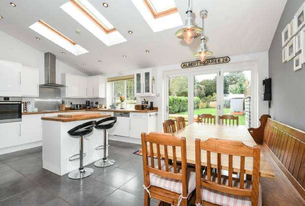 4 Bedrooms Semi Detached House for sale in Lawn Close Datchet