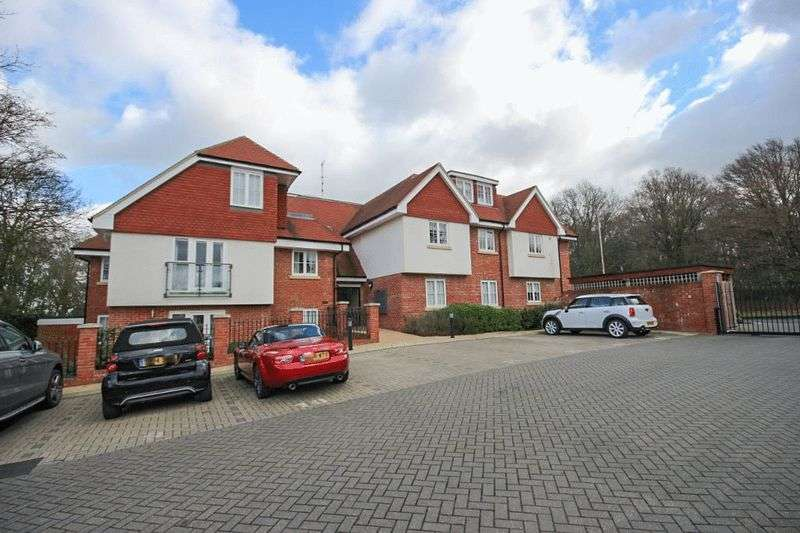 2 Bedrooms Flat for sale in Thornwood Road, Epping
