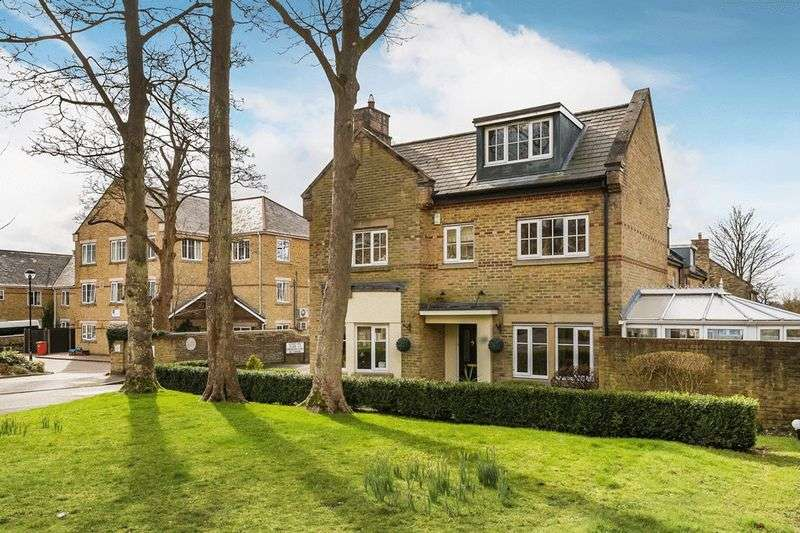 4 Bedrooms Detached House for sale in Grenadier Place, CATERHAM, Surrey