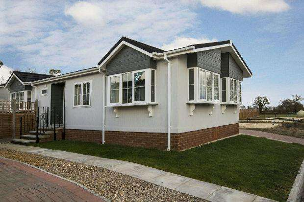2 Bedrooms Park Home Mobile Home for sale in Loddon Court Farm Park Homes, Beech Hill Road, Spencers Wood, Reading