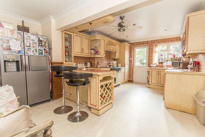 3 Bedrooms Semi Detached House for sale in Linden Way, Canvey Island, SS8