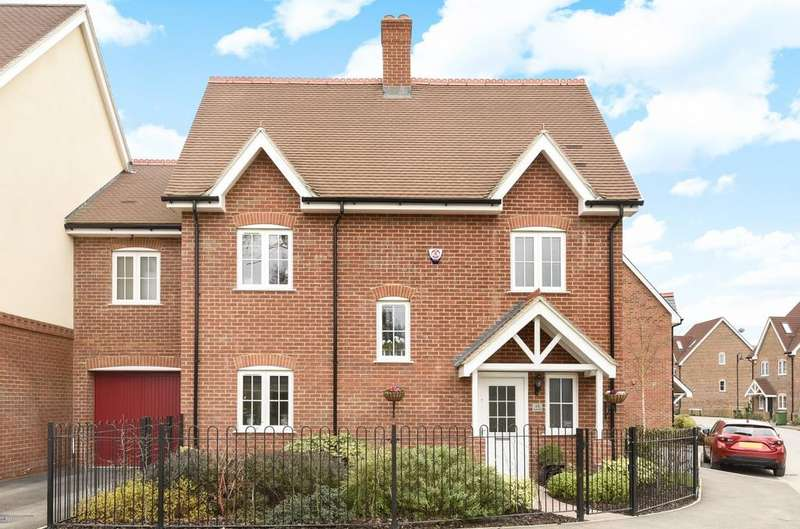 3 Bedrooms Semi Detached House for sale in Cook Way, Broadbridge Heath, RH12