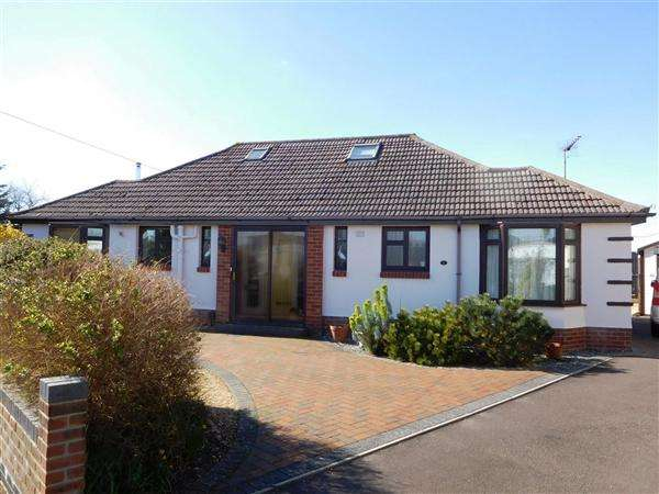 4 Bedrooms Bungalow for sale in Winspit Close, Poole