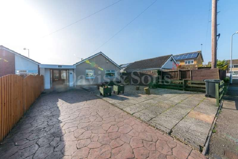 2 Bedrooms Detached Bungalow for sale in Heath Close, Lliswerry, Newport. NP19 4TA