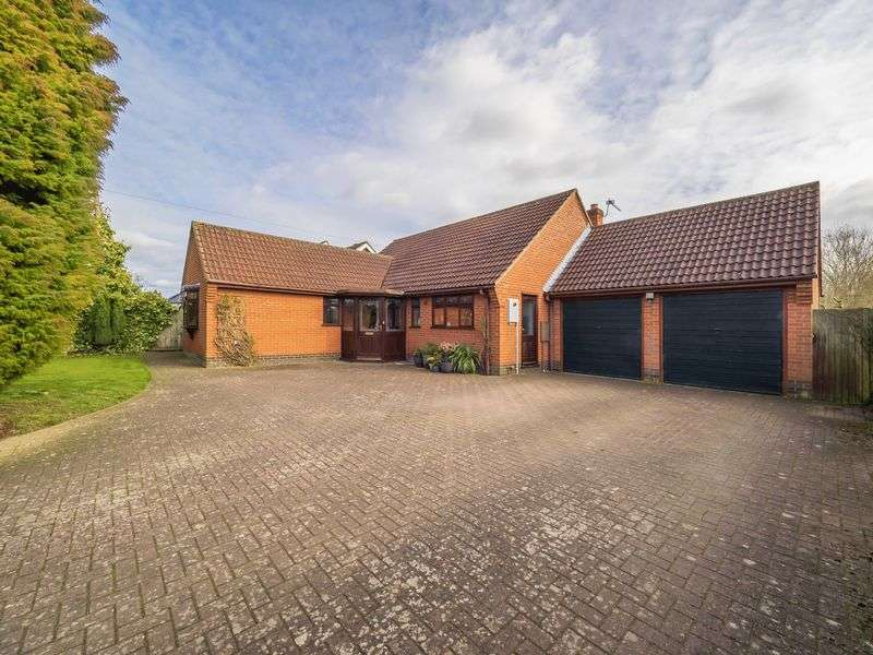 4 Bedrooms Detached Bungalow for sale in Whitwell Road, Sparham, Norwich