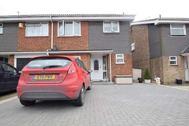 3 Bedrooms Semi Detached House for sale in LYNDENE, BENFLEET SS7