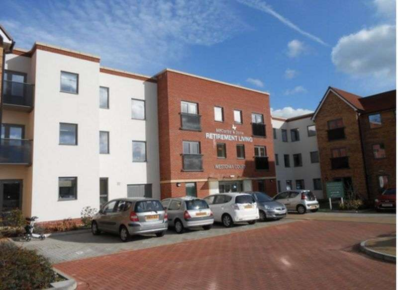 1 Bedroom Flat for sale in Westonia court: **STUNNING APARTMENT OVER LOOKING COMMUNAL GARDENS**
