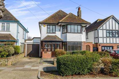4 Bedrooms Detached House for sale in Thorpe Bay, Essex