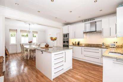 3 Bedrooms Terraced House for sale in Grove Crescent, South Woodford, London