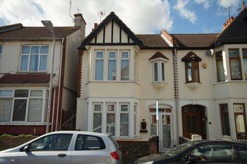 3 Bedrooms End Of Terrace House for sale in Macdonald Avenue, Westcliff-On-Sea