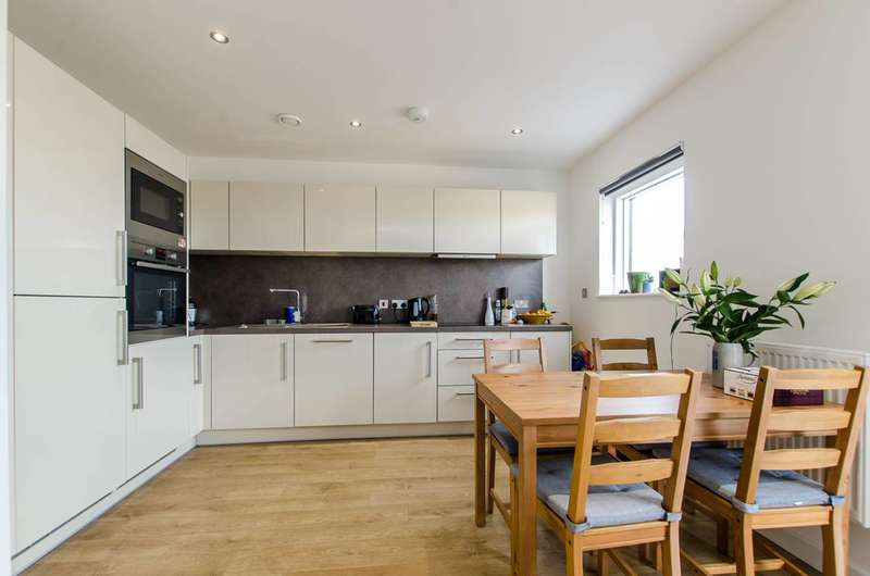 2 Bedrooms Flat for sale in Bedford Road, Clapham High Street, SW4