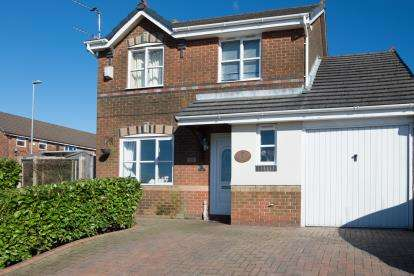 3 Bedrooms Detached House for sale in Hodge Clough Road, Oldham, Greater Manchester