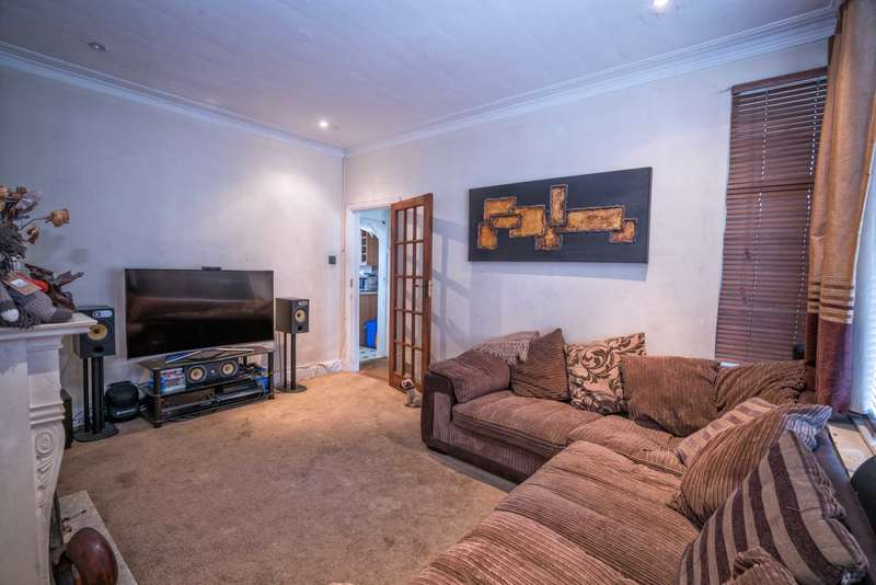 3 Bedrooms Terraced House for sale in Inverness Avenue, Westcliff On Sea