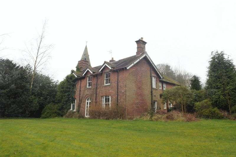 6 Bedrooms Semi Detached House for sale in Leek Road, Longsdon, Stoke-On-Trent