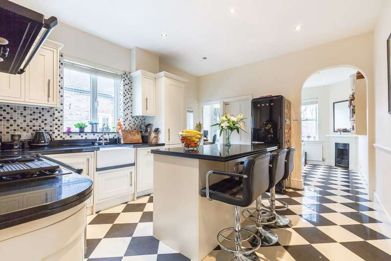 4 Bedrooms Maisonette Flat for sale in Stanton Road, London, SW20 8RW