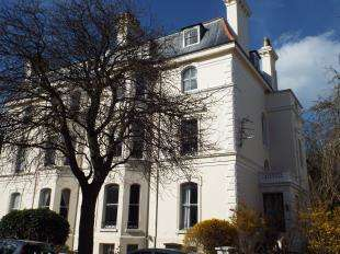 2 Bedrooms Flat for sale in Clifton Crescent, Folkestone, Kent, England