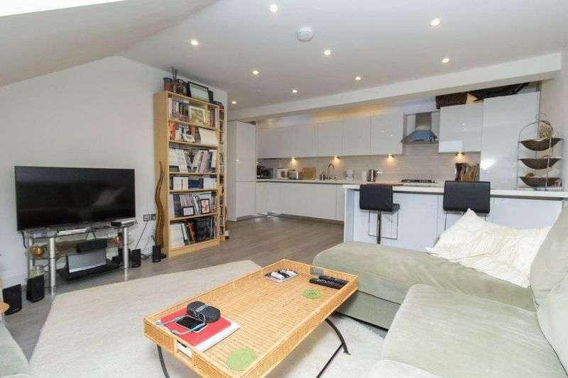2 Bedrooms Flat for sale in Hemnall Street, Epping