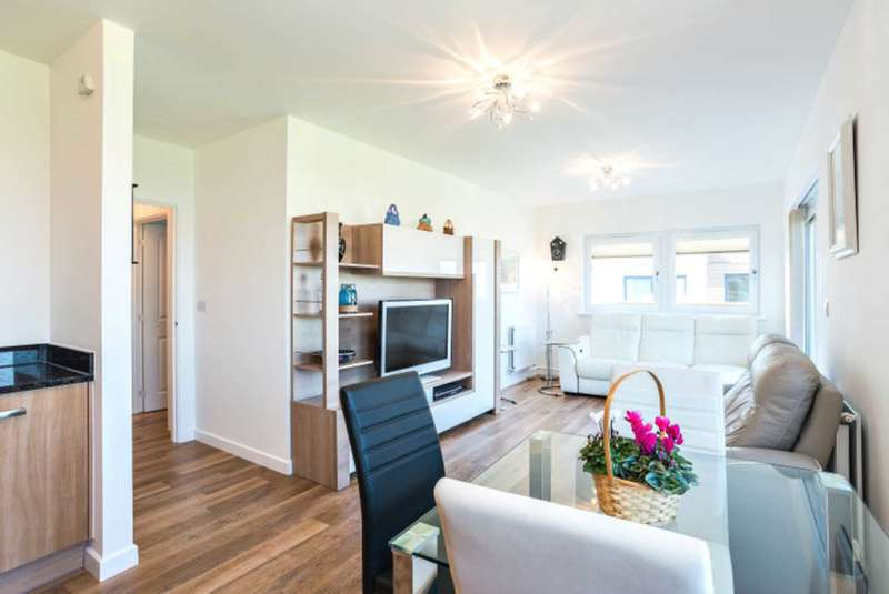 2 Bedrooms Flat for sale in Scotney House, Groombridge Avenue, BN22 7FE