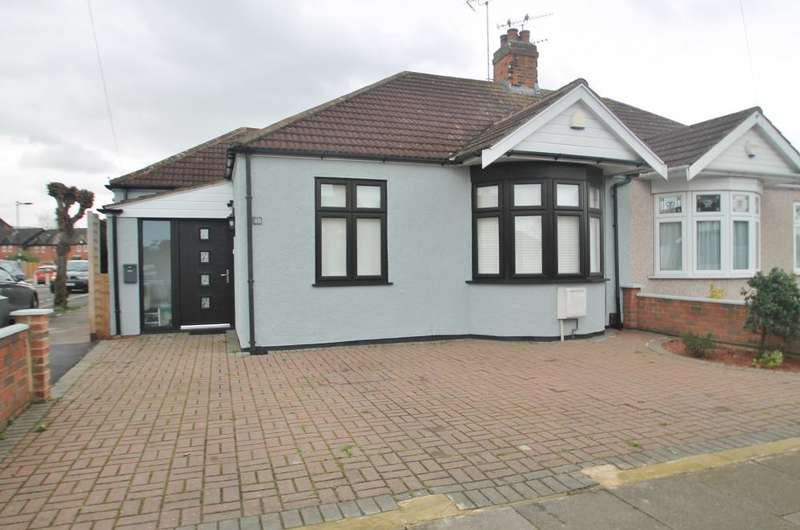 3 Bedrooms Bungalow for sale in Lime Grove, Hainault, Essex