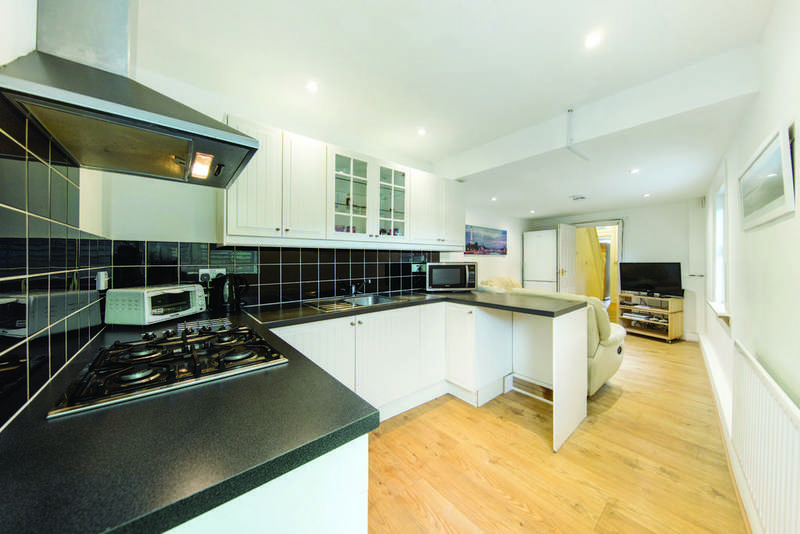 3 Bedrooms Flat for sale in Besley Street, SW16