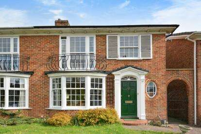 3 Bedrooms Semi Detached House for sale in Springpark Drive, Beckenham