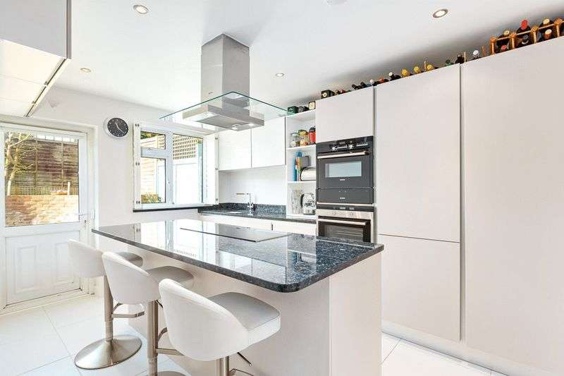 2 Bedrooms Flat for sale in Beacon Way, Banstead