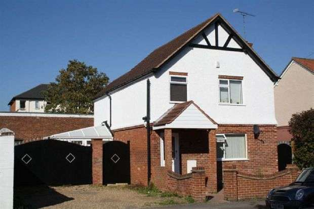 3 Bedrooms Detached House for sale in High Street, North Camp, GU14