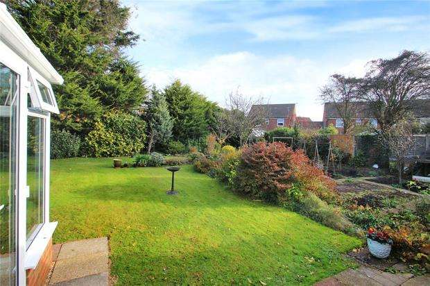 2 Bedrooms Detached Bungalow for sale in Barn Close, Littlehampton, West Sussex, BN17