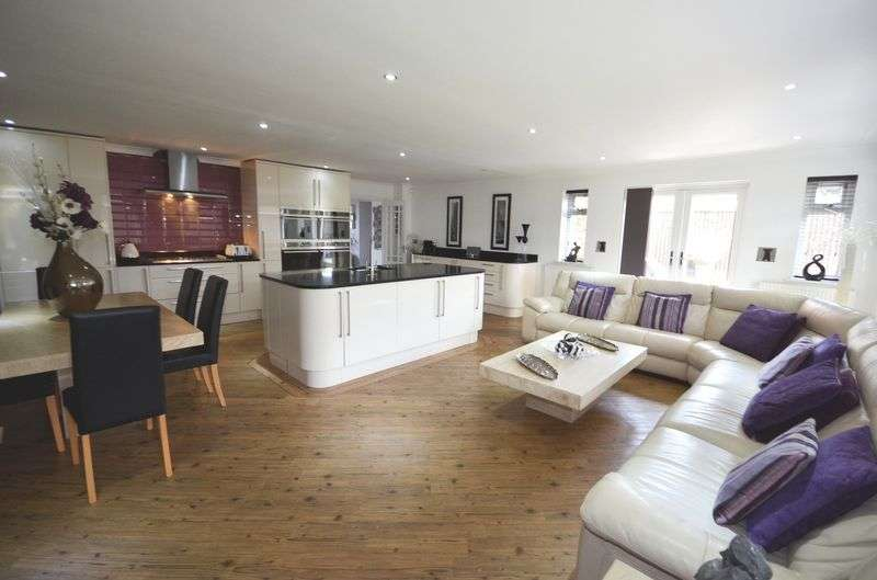4 Bedrooms Detached Bungalow for sale in Clanfield Avenue, Widnes