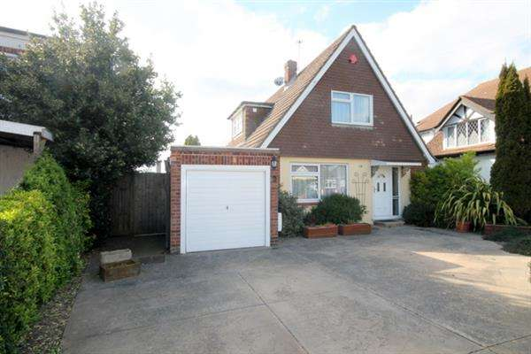 3 Bedrooms Chalet House for sale in Boley Drive, East Clacton