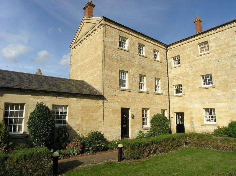 3 Bedrooms Town House for sale in St Georges Court, Semington