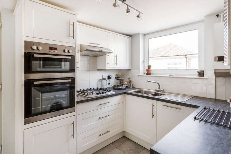 3 Bedrooms Detached House for sale in Roseacre, Oxted