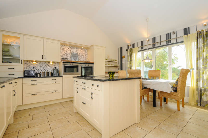 4 Bedrooms Bungalow for sale in Drift Lane, Selsey, PO20