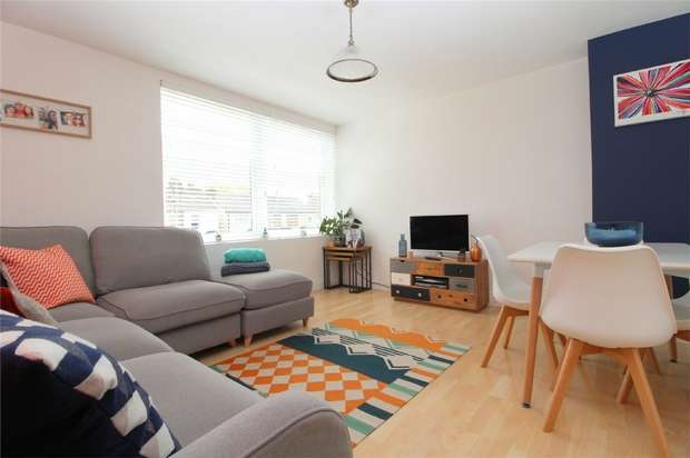2 Bedrooms Flat for sale in Troston Court, Edgell Road, Staines-Upon-Thames, Surrey