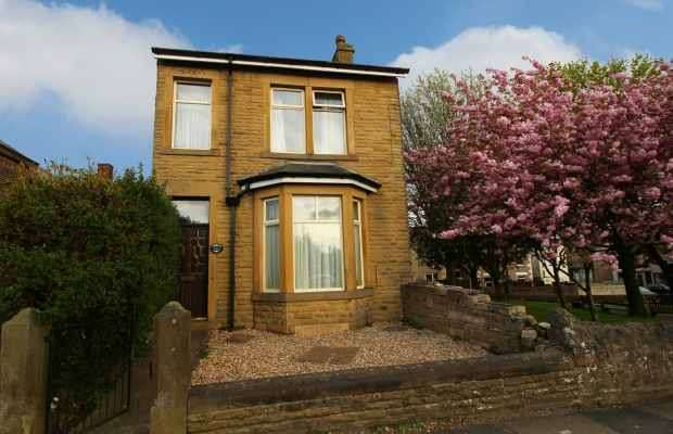 3 Bedrooms Detached House for sale in Lancaster Road, Carnforth, Lancashire, LA5 9DZ