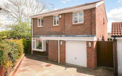 5 Bedrooms Detached House for sale in Shepherds Close, Orpington