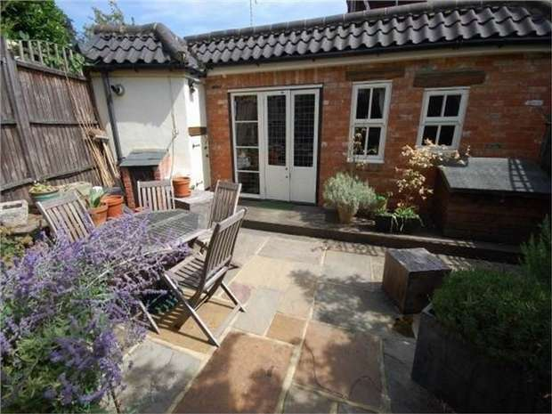 2 Bedrooms Terraced House for sale in Queens Bench Cottages, Station Road, Hampton
