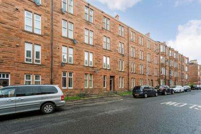 2 Bedrooms Flat for sale in Budhill Avenue, Glasgow, Lanarkshire