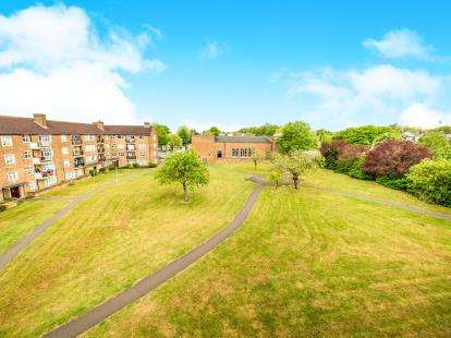 3 Bedrooms Flat for sale in Broomhill Road, Woodford Green, Essex