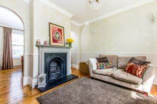 3 Bedrooms End Of Terrace House for sale in Bourne Road, Merstham, Redhill, Surrey