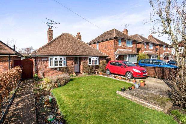 2 Bedrooms Bungalow for sale in Farncombe, Godalming, Surrey