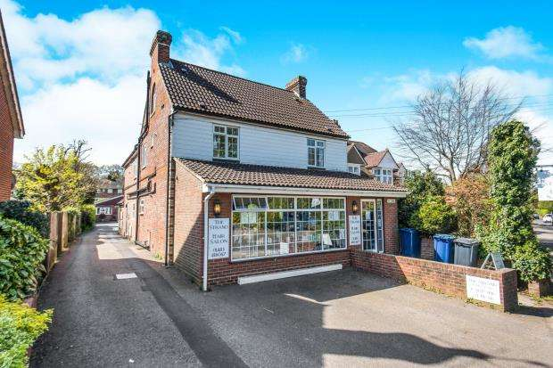2 Bedrooms Flat for sale in Portsmouth Road, Milford, Godalming